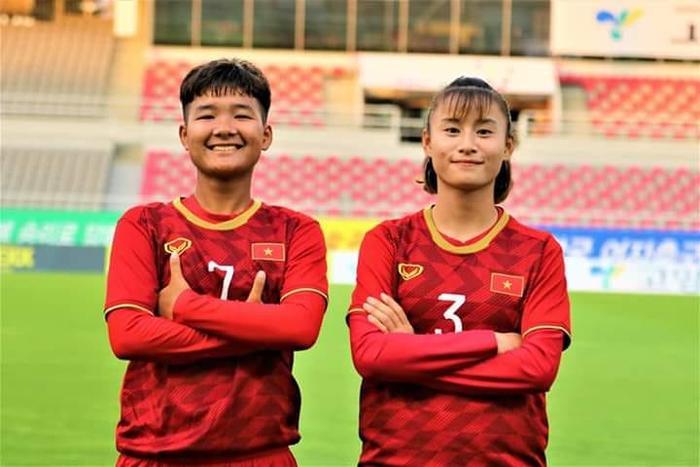 Trần Thị Thương chụp hình với đồng đội của mình.