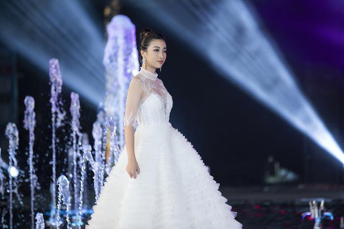 Ngoài ra, đêm diễn còn có sự tham gia của hoa hậu Đỗ Mỹ Linh, chân dài thể hiện một thiết kế xòe bồng có phần tùng to và khá nặng.