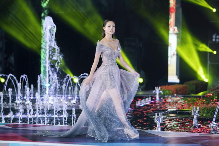 Ngoài ra, đêm diễn còn có sự tham gia của hai NTK Phạm Đặng Anh Thư và Lâm Lê, mỗi người đều mang đến các thiết kế nổi bật, thể hiện hơi thở riêng.