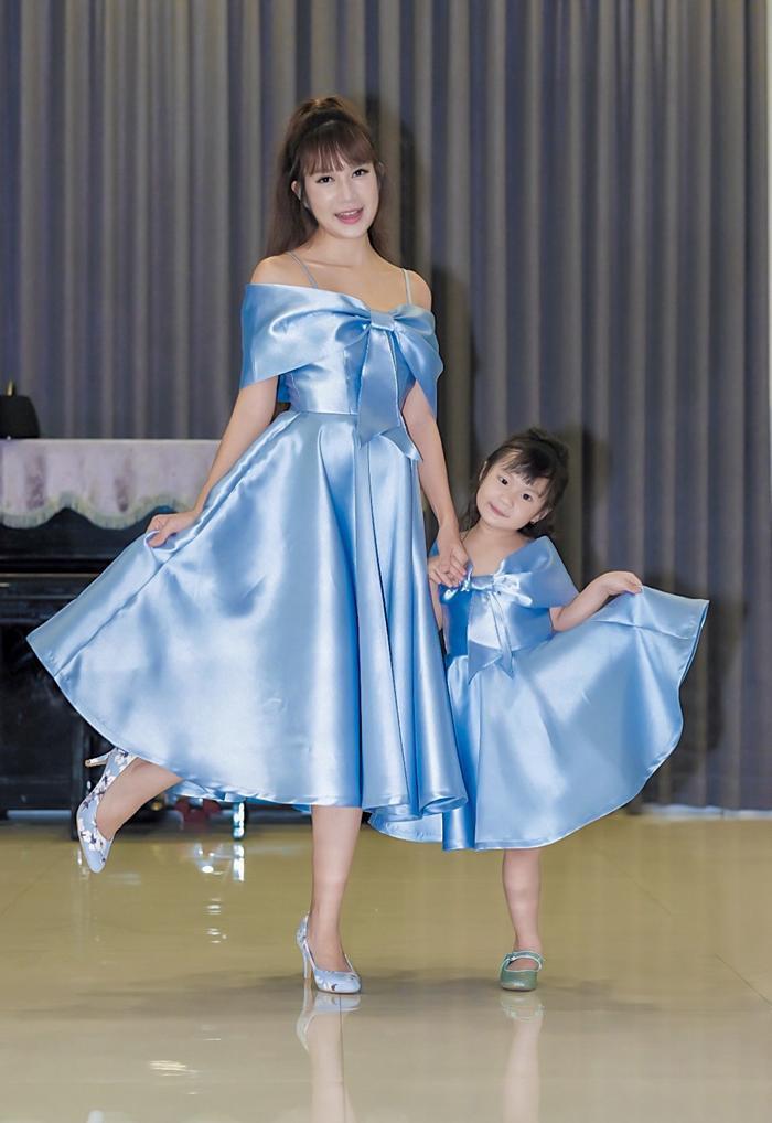 Minh Hà và con gái xinh xắn với đầm đôi xanh ngọc bích