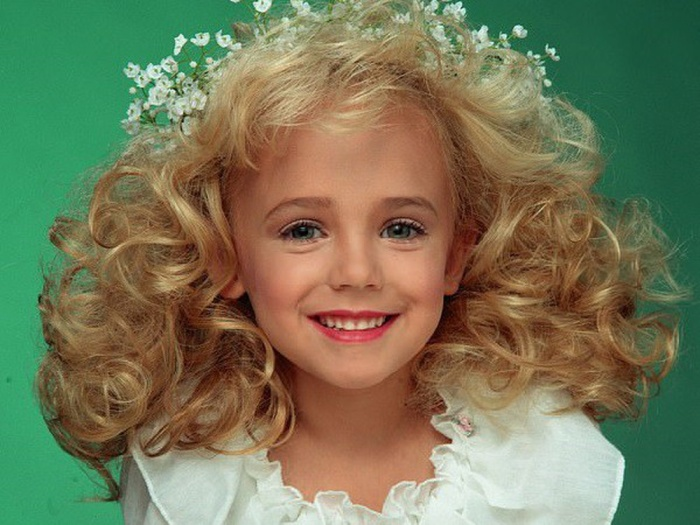Nhân vật mà Ariana Grande nhắc tới là JonBenét Patricia Ramsey – Hoa hậu nhí từng bị sát hại vào năm 6 tuổi.