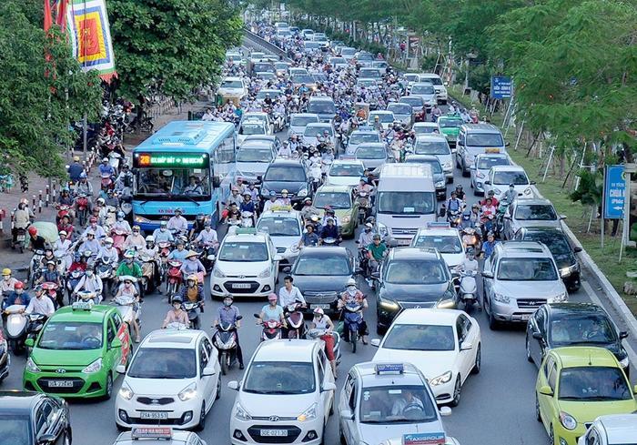 Các phương tiện luồn lách giữa hàng dài ô tô nối đuôi nhau tại khu vực hầm Kim Liên, Đống Đa, Hà Nội giờ cao điểm. Ảnh: Khánh Linh