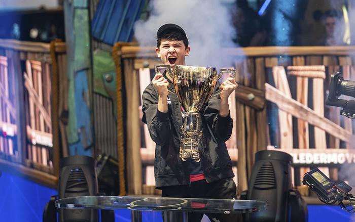 """Tuyển thủ Kyle """"Bugha"""" Giersdorf (16 tuổi, Mỹ) đã thắng giải Vô địchFortniteThế giới và mang về 3 triệu USD (khoảng 70 tỷ). (Ảnh: Yahoo)"""