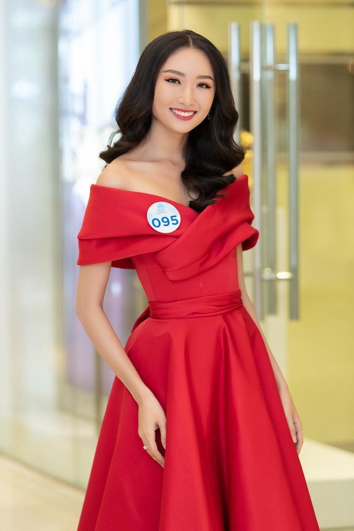 Cô bạn là một trong những thí sinh nổi bật nhất với kinh nghiệm dày dặn, từng vào Top 10 Hoa khôi Áo dài 2016 – cuộc thi tìm kiếm đại diện Việt Nam dự thi Hoa hậu thế giới cùng năm.