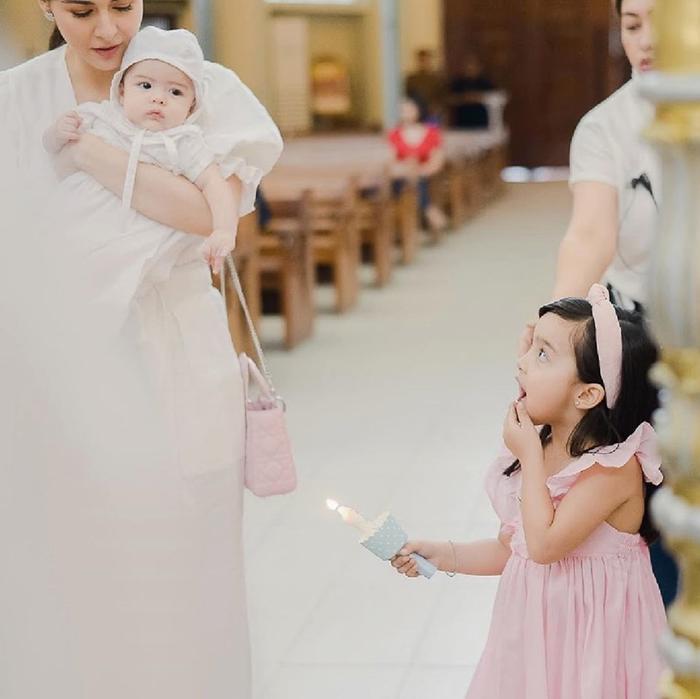 Con gái đầu lòng của cặp đôi- Zia cũng thu hút nhiều sự chú ý khi xuất hiện đầy xinh xắn trong lễ rửa tội của em trai mình, cô bé được mặc cho một chiếc đầm hồng xinh xắn cùng chiếc băng đô cùng màu