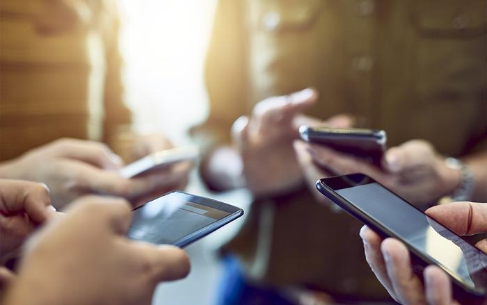 Cắm mặt vào smartphone liên tục có thể khiến bạn bị bệnh tim, béo phì. (Ảnh: Gettyimage)