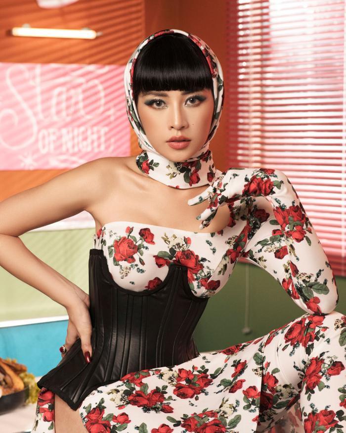 Chi Pu vẫn xinh đẹp như mọi khi nhưng trang phục của cô nàng thì có phần kỳ quái.