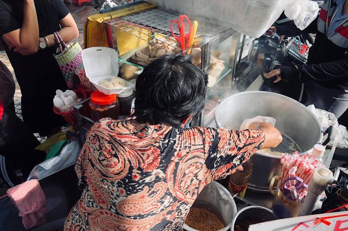 Cụ bà ngủ ngồi và gánh xôi nuôi sống cả gia đình ba thế hệ ở Sài Gòn ảnh 1