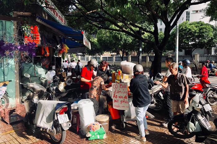 Cụ bà ngủ ngồi và gánh xôi nuôi sống cả gia đình ba thế hệ ở Sài Gòn ảnh 4