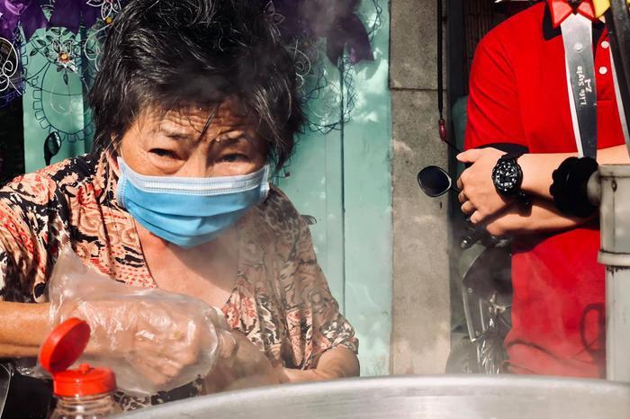 Cụ bà ngủ ngồi và gánh xôi nuôi sống cả gia đình ba thế hệ ở Sài Gòn ảnh 0