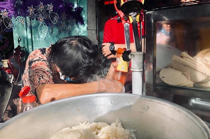 Cụ bà ngủ ngồi và gánh xôi nuôi sống cả gia đình ba thế hệ ở Sài Gòn ảnh 3