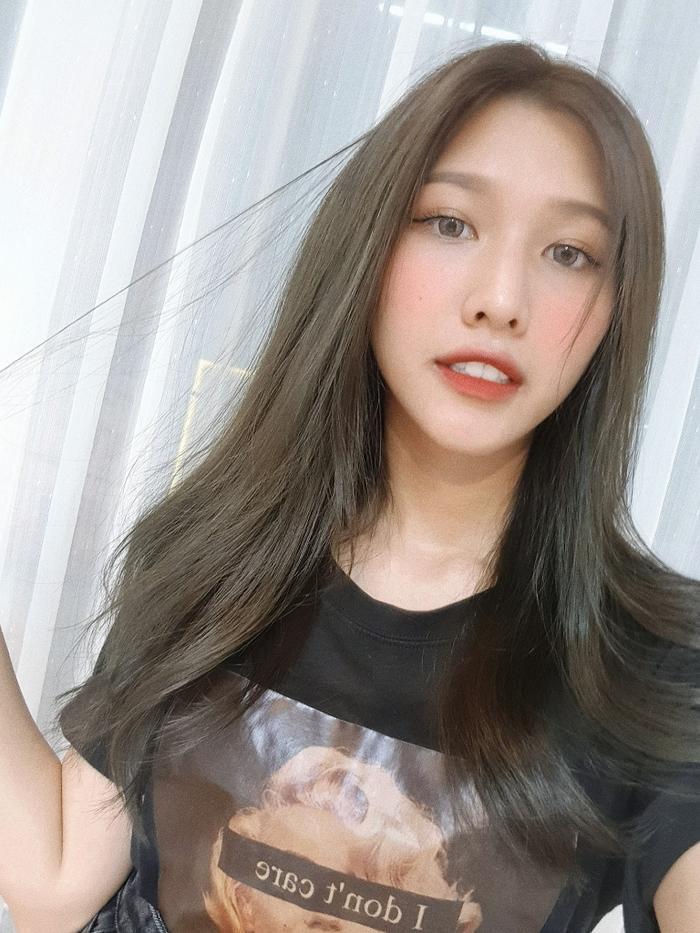 Cô cũng rất sành điệu và thời trang khi thường xuyên đổi màu tóc, biết cách chăm chút cho gương mặt đẹp hơn bởi make up.