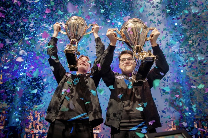 """Emil """"Nyhrox"""" Bergquist Pedersen (trái) và David """"Aqua"""" Wang (phải) mang về mỗi người 1,5 triệu USD do chiến thắng ở hạng mục đồng đội."""