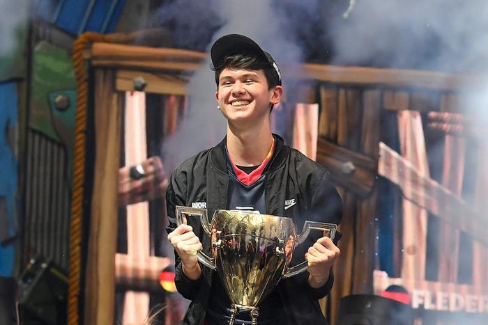 """Kyle """"Bugha"""" Giersdorf nhận giải nhất trong hạng mục chơi """"solo"""" và mang về nhà 3 triệu USD. Năm nay anh chỉ mới"""