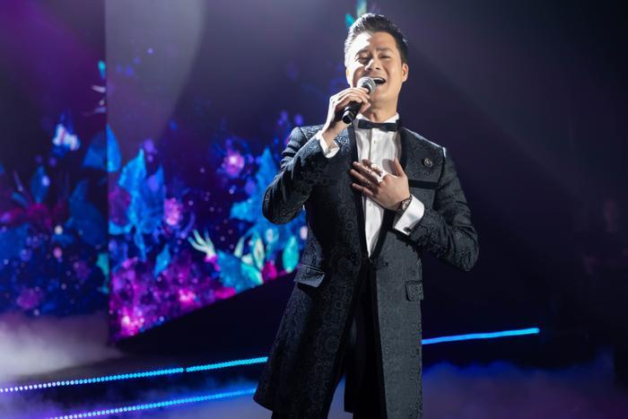 Ca sĩ Quang Dũng đầu tư cả dàn dựng sân khấu lẫn âm nhạc cho 3 tiết mục: Tình tự mùa xuân, Anh còn nợ em, Ghen.