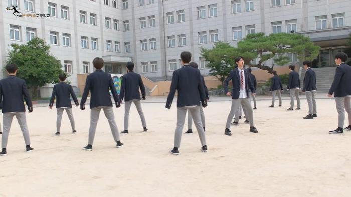 Produce X 101: Nam sinh trường trung học của Cho Seung Yeon  Cha Jun Ho dance cover X1-MA, center gây sốt là ai? ảnh 1