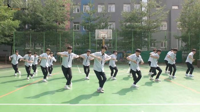 Produce X 101: Nam sinh trường trung học của Cho Seung Yeon  Cha Jun Ho dance cover X1-MA, center gây sốt là ai? ảnh 2