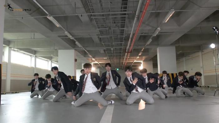 Produce X 101: Nam sinh trường trung học của Cho Seung Yeon  Cha Jun Ho dance cover X1-MA, center gây sốt là ai? ảnh 7