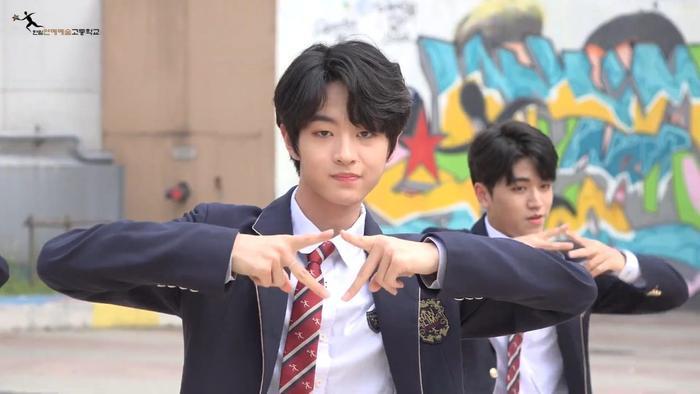 Produce X 101: Nam sinh trường trung học của Cho Seung Yeon  Cha Jun Ho dance cover X1-MA, center gây sốt là ai? ảnh 10