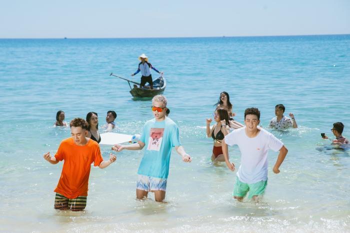 """Câu hát """"Ơ sao bé không lắc"""" liên tục xuất hiện ở những cảnh quay diễn viên nữ trong MV mặc bộ cánh bikini gợi cảm."""