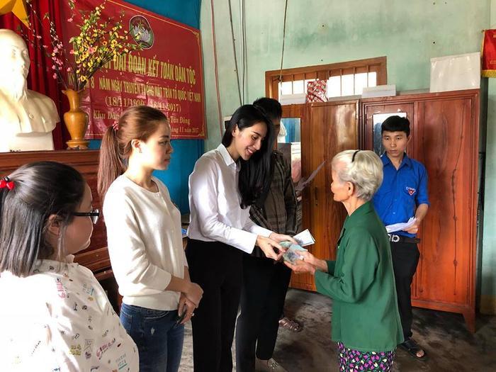 Công Vinh, Thuỷ Tiên hỗ trợ người nghèo.