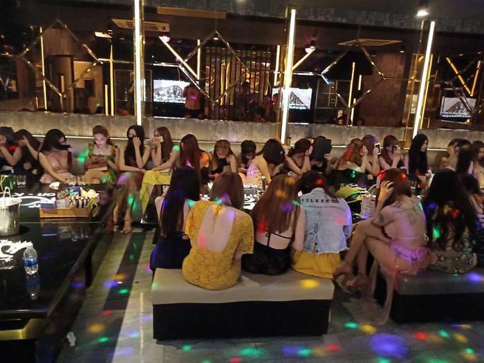 """Đột kích hàng loạt điểm ăn chơi ở Sài Gòn, lực lượng chức năng phát hiện nhiều nữ tiếp viên ăn mặc """"mát mẻ""""."""