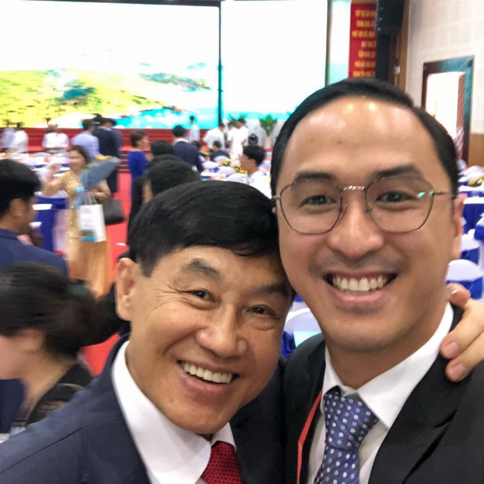 Không riêng gì bà xã, trên trang cá nhân của Louis Nguyễn anh cũng đăng hình ảnh chụp với bố của mình trong buổi lễ vinh danh