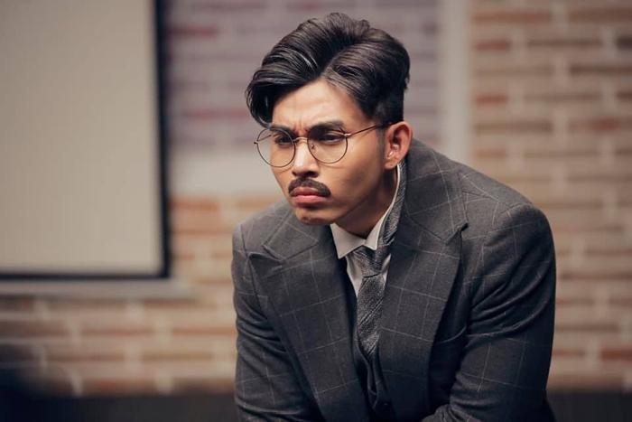 Gương mặt của Jun quả là điểm mạnh ăn tiền, đến nỗi dù có để râu, mặc áo vest… anh chàng vẫn trông không già đi bao nhiêu, ngược lại càng hài hước, đáng yêu.