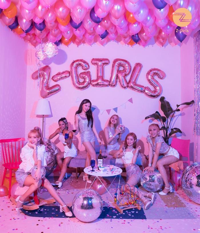 Đội hình 7 cô gái quyến rũ của Z-Girls gồm: Carlyn, Vanya, Queen (Quin), Priyanka, Joanne và Bell.
