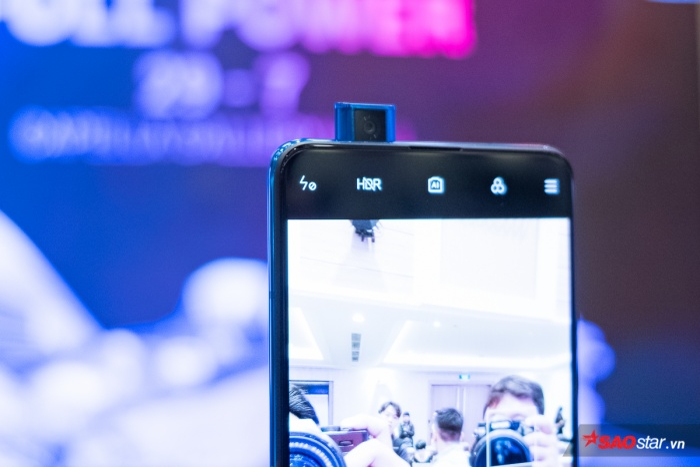 Máy được trang bị camera pop-up 20MP.