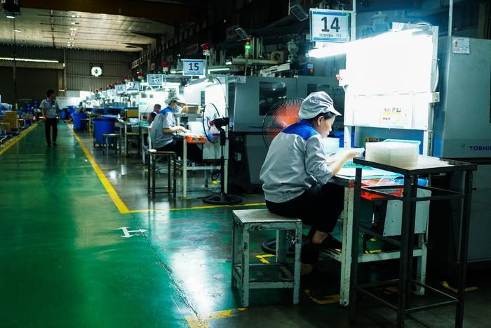 Các công nhân tại Bac Viet Technology. Công ty này sản xuất nhiều bộ phận nhỏ bằng nhựa cho Canon, Korg và Samsung. (Ảnh: Raymond Zhong)