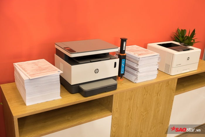 Máy in HP Laser Neverstop: Đảm bảo năng suất cho doanh nghiệp với số lượng trang in lên đến 5.000 trang cho mỗi hộp mực. Bên cạnh đó, sản phẩm còn được hỗ trợ hệ thống nạp mực laser, giúp người dùng tự đổ mực dễ dàng chỉ trong vòng 15 giây.