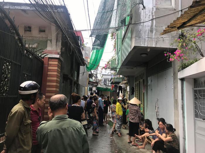 Sau tiếng nổ, mái ngôi nhà bị hất văng ra xa. Sức ép từ vụ nổ khiến một số nhà lân cận bị vỡ kính. Sự việc khiến nhiều người dân trong khu phố sợ hãi.