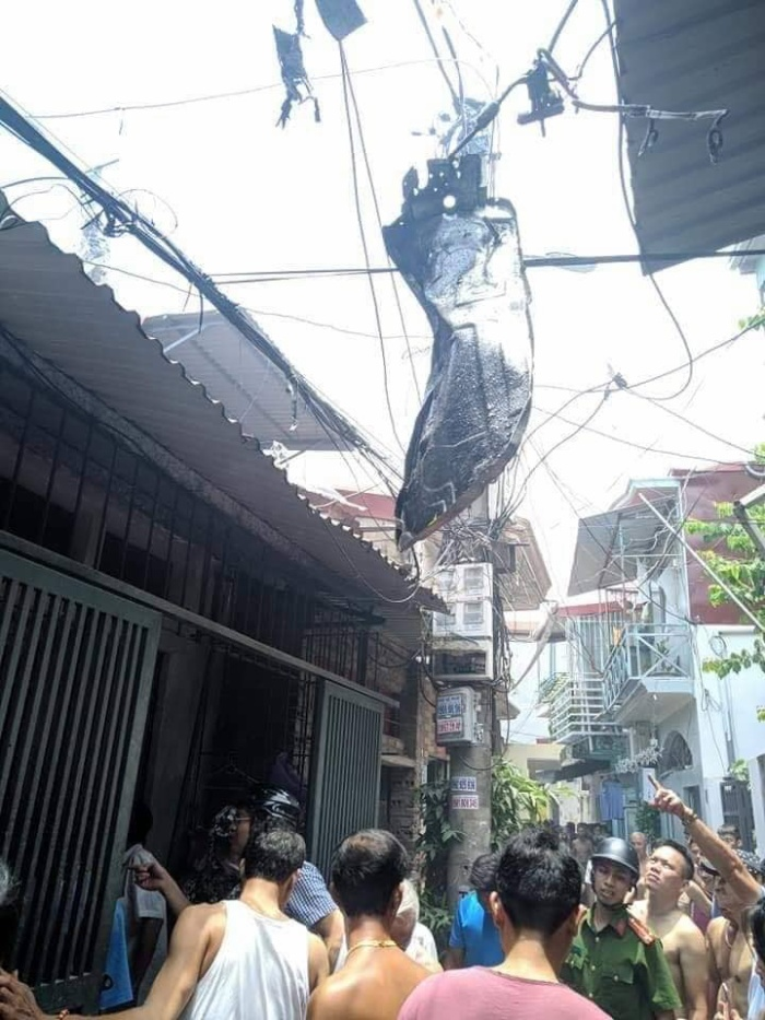 Vụ nổ khiến nhiều đồ đạc trong nhà bắn ra ngoài đường, treo lơ lửng trên dây điện.