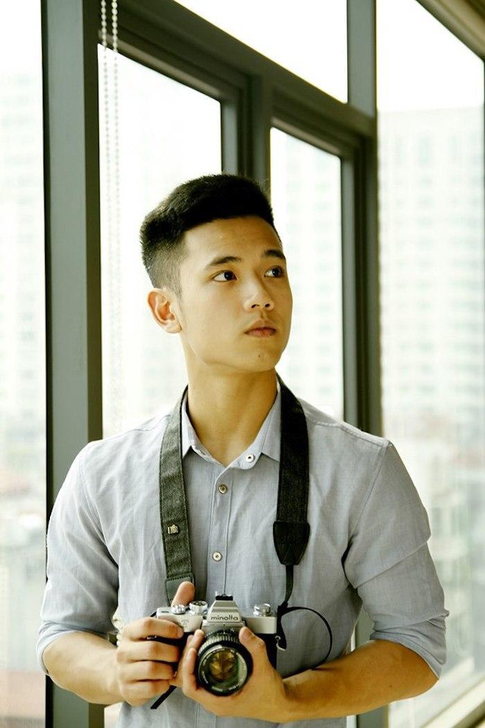 Sở thích của cậu bạn là nhiếp ảnh, ngoài giờ học trên lớp, anh chàng cũng thường xuyên rủ những bạn bè của mình có chung niềm đam mê để lang thang khắp các phố phường Hà Nội nhằm ghi lại những góc ảnh đẹp nhất.
