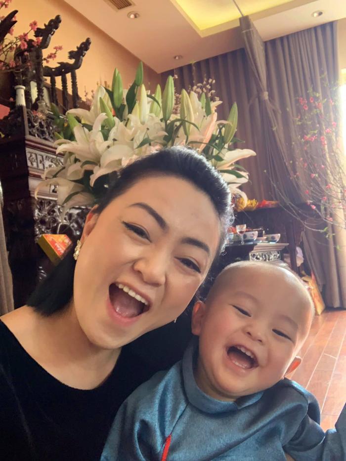 Cô vui vẻ bên cạnh cháu nội - con trai của ca nương Kiều Anh.