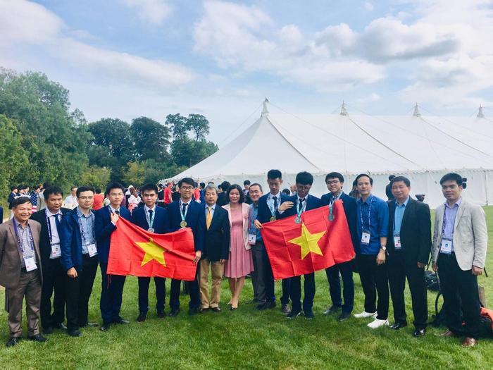 Dương cùng các thành viên trong đội tuyển.