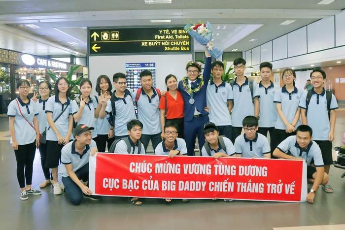 Rất đông bạn bè đến sân bay để chào đón chàng trai này trở về.