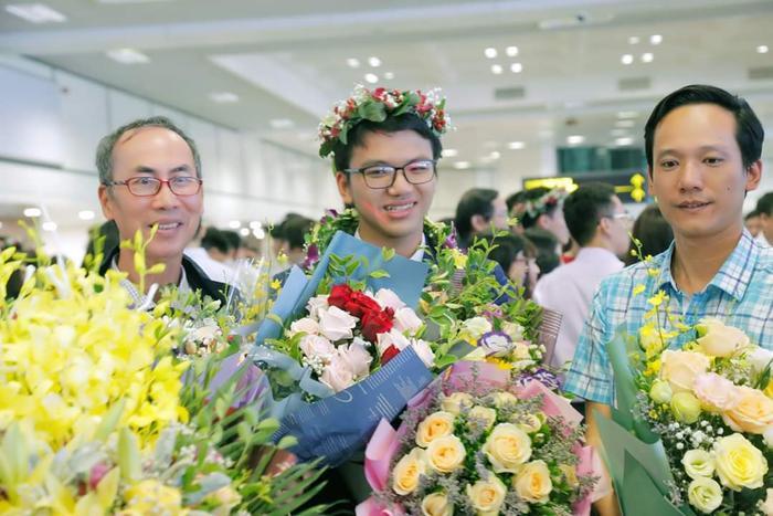 Dương cùng PGS Lê Anh Vinh (trái) và thầy giáo của mình Lê Xuân Đạt (THPT Chuyên Vĩnh Phúc).