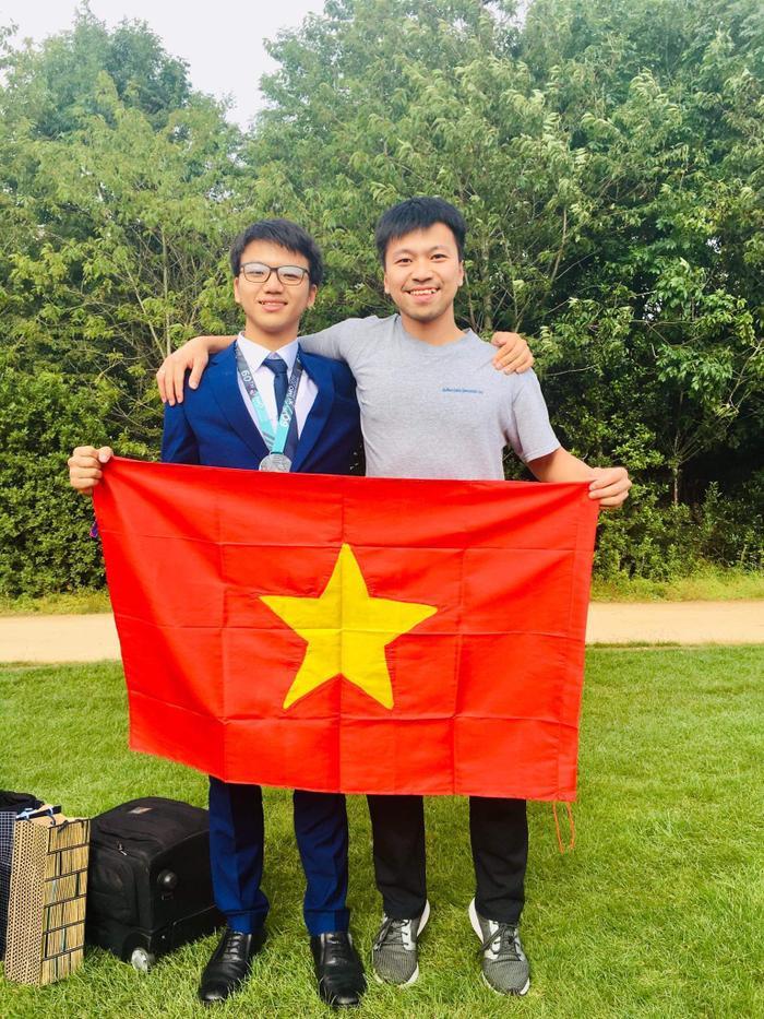 Dương và anh trai Dương Tùng Lâm đang du học tại Pháp.