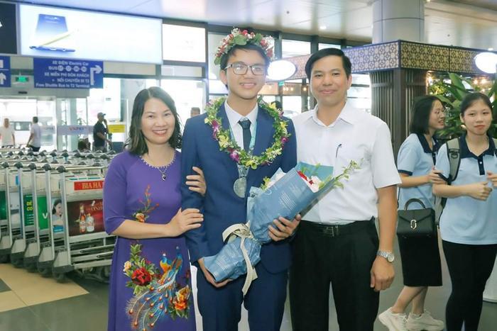 Tùng Dương và bố mẹ.