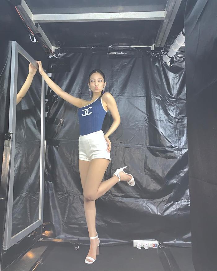Dù là trang phục đời thường hay trang phục trình diễn, dù là trang phục lộng lẫy hay giản đơn thì cơ thể của Jennie vẫn trông như một kiệt tác trong bất kỳ bộ trang phục nào