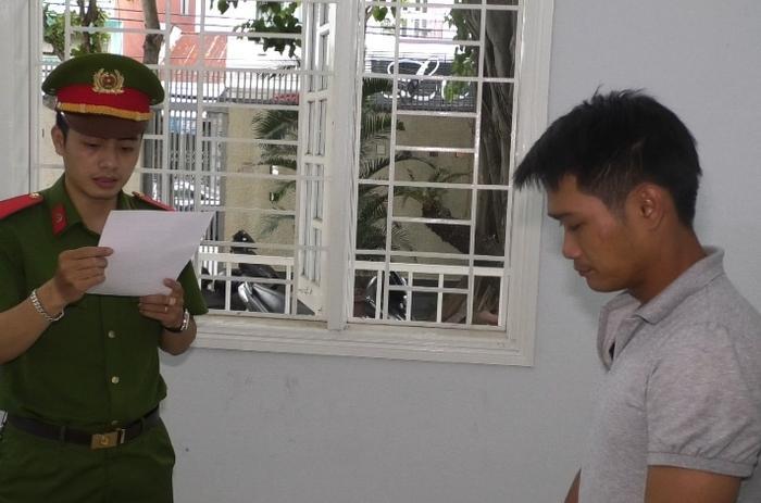 Công an đọc lệnh bắt tạm giam Hời vào chiều 29/7. (Ảnh: VNN).