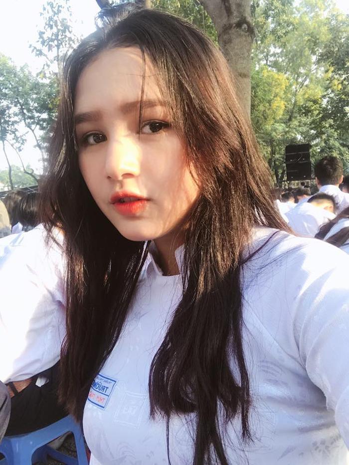 Phạm Thùy Trang (biệt danh Alice, sinh năm 2002, TP.HCM) thuần Việt 100%, nhưng lại có gương mặt với các đường nét dễ khiến người ta nhầm lẫn với gái Tây.Bức ảnh cô mặc áo dài được chụp lúc Thuỳ Trang còn đang là nữ sinh củatrường THPT Trường Chinh (TP HCM).