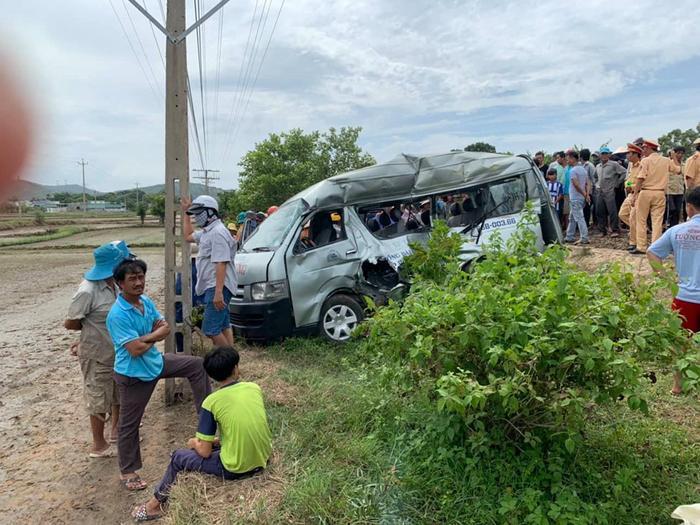 Tàu hỏa đâm xe 16 chỗ đi TP. HCM khiến 3 người tử vong, 1 người bị thương. Ảnh: Thanh Niên