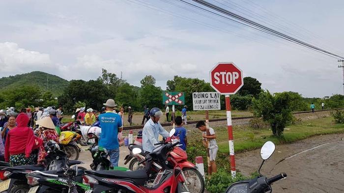 Gác chắn đường ngang có cảnh báo nhưng không có nhân viên gác chắn. Ảnh: VietNamNet