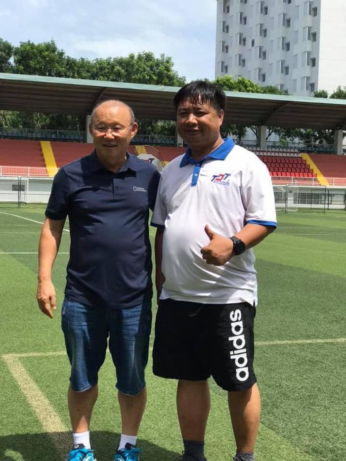 HLV Park Hang Seo chụp ảnh cùng ông Nguyễn Văn Bắc - Trưởng khoa Khoa học thể thao, trường ĐH Tôn Đức Thắng