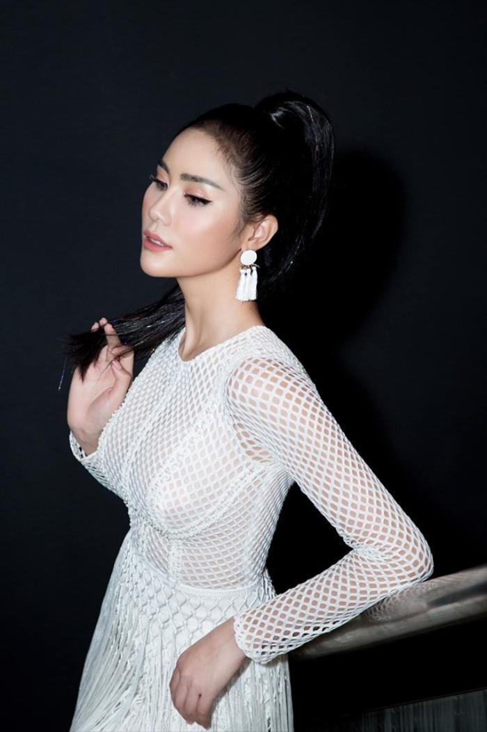 Hoàng Hạnh được biết đến với vài trò là một người mẫu. Cô là một chân dài khá đắt show tại Sài Thành.