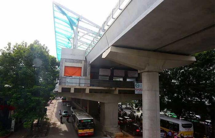 Các nhà ga trên cao tuyến Metro Nhổn-ga Hà Nội đang làm phần mái. Ảnh: Bá Đô.