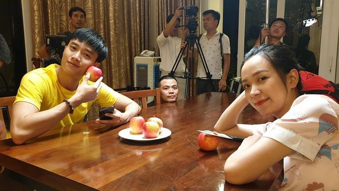 Chụp chung với Quốc Trường là diễn viên Kim Oanh – cái tên quen thuộc với khán giả qua bộ phim Những đứa con thành phố.